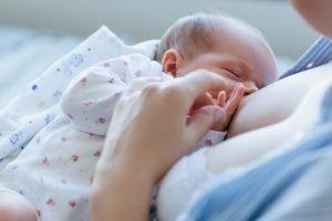 Was tun, wenn das Baby während des Stillens einschläft?